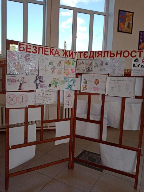 Експозиція малюнків з БЖД.